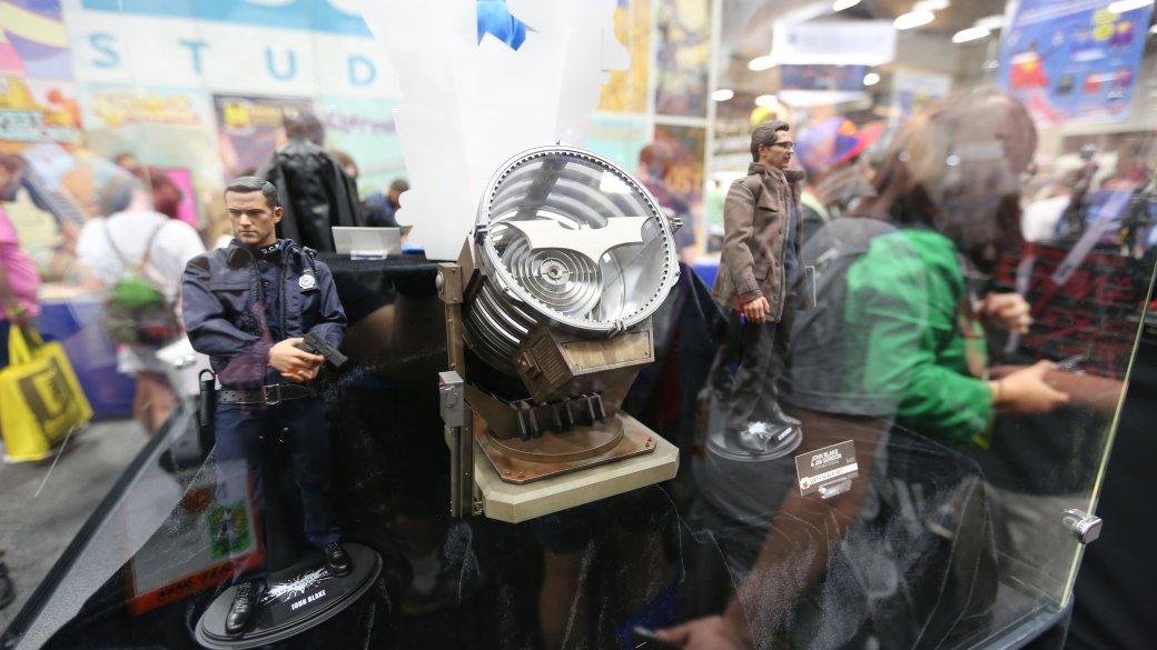 Костюмы, гаджеты и фигурки Бэтмена на Comic-Con 2015 - Изображение 44