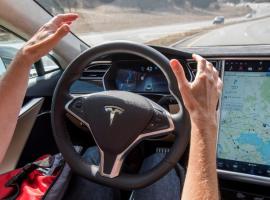 Tesla продемонстрировала работу автопилота
