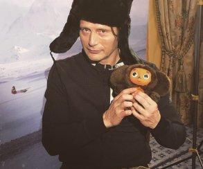 Мадс Миккельсен приехал вМоскву, рассказал олюбимом советском фильме исделал море фотографий