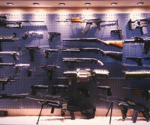 В здании CDPR нашли целый стеллаж из настоящего оружия! Это такое вдохновение для Cyberpunk 2077?