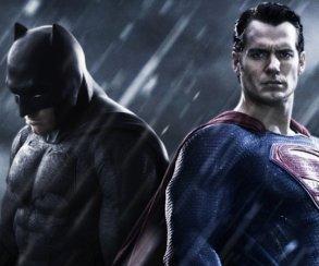 Пафосные Бэтмен иСупермен вновой удаленной сцене из«Лиги справедливости». Кудаже они смотрят?