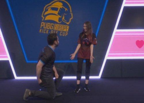 Игрок сделал предложение своей девушке натурнире поPUBG, где они вместе выступают