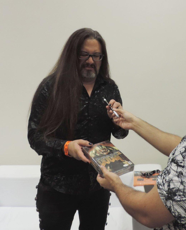 Джон Ромеро подписал коробку с Doom 3 для фаната, но не стал скрывать отвращения | Канобу - Изображение 5638