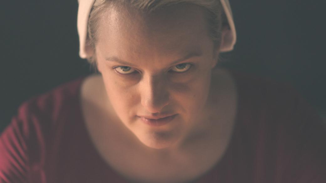 6июня стартует 3 сезон самого высоко оцененного сериала Hulu— «Рассказа служанки» (Handmaid's Tale). Это адаптация одноименного романа писательницы Маргарет Этвуд, рассказывающем овымышленном тоталитарном теократическом государстве Галаад, где уженщин нет никаких прав.