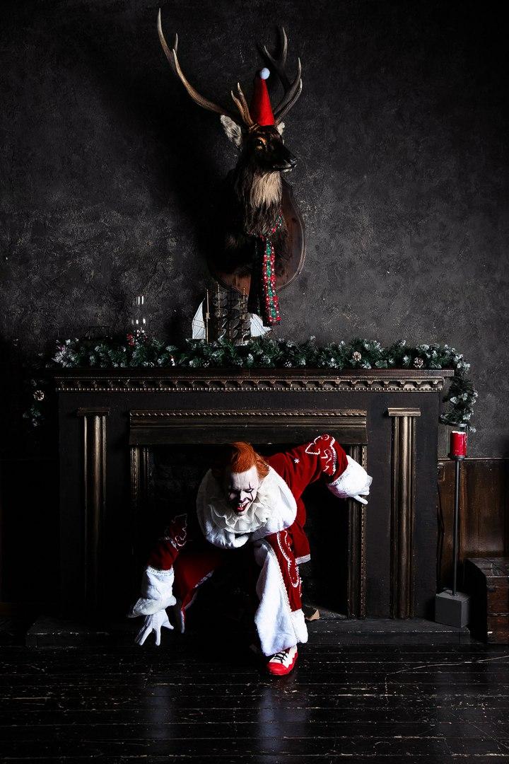 Самый жуткий новогодний косплей дня: клоун Пеннивайз изфильма «Оно» меняет имидж. - Изображение 6